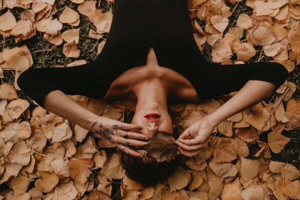 mujer con hojas